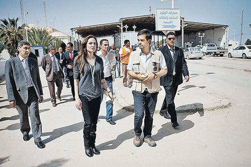Между тем вчера в Ливию (на территорию, контролируемую Каддафи) приехала посол доброй воли ООН актриса Анджелина Джоли. Она попытается помочь беженцам, спасающимся от войны. Фото: АП