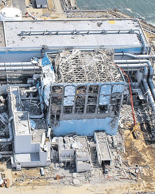 Один неработающий реактор поглощает 40 000 тонн воды в час! От отчаяния японцы стали качать ее из моря.