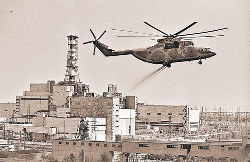 Так с помощью вертолетов дезактивировали чернобыльский реактор...