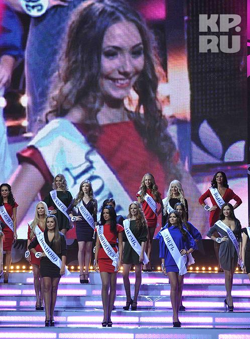 Девушки выстроились на сцене Фото: Владимир ВЕЛЕНГУРИН