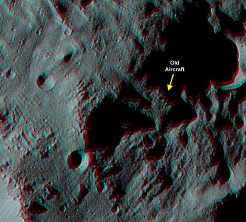 Чутть поодаль на поверхности астероида лежит и самолет (стереоснимок с сайта НАСА)
