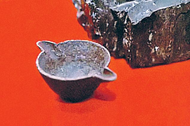 Этот с виду обычный железный котелок пролежал в земле 312 миллионов лет.