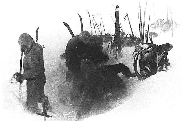 """Участники """"группы Дятлова"""" устанавливают палатку."""