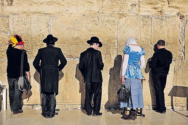Редкая картина в Иерусалиме - женщине позволили помолиться у Стены Плача. Обычно такие попытки заканчиваются кровопролитием. Фото: GLOBAL LOOK PRESS