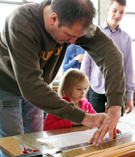 Вместе со взрослыми малыши рисовали и клеили воздушных змеев Фото: Вадим ШКОДИН