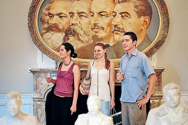 Социалистическое прошлое отправили в музей, а социалистическую собственность продали с молотка. Фото: GLOBAL LOOK PRESS