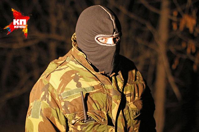 К нам вышел человек в маске, в котором мы без труда узнали того, кто на видео стоял справа от спикера Фото: Александр КОЦ