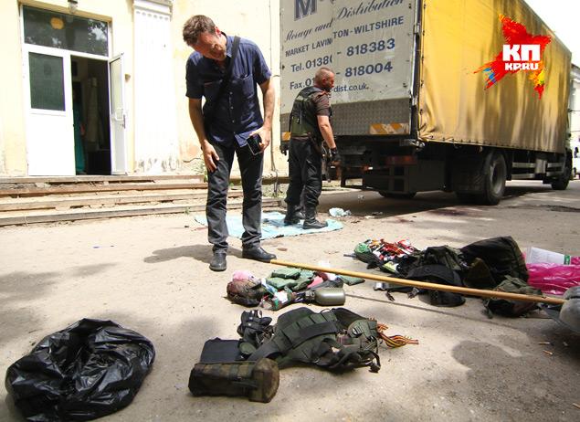 Вещи убитых воинов ДНР перед зданием морга.