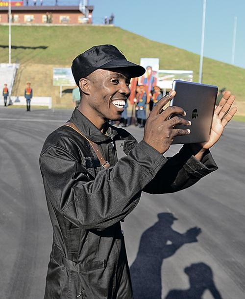 Зарубежные участники с восхищением снимали на планшеты происходящее на полигоне в Алабине. Фото: Иван ВИСЛОВ