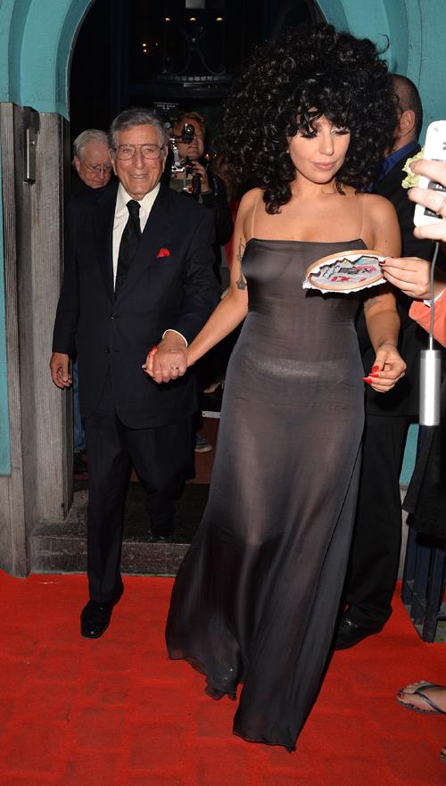 В ночной клуб L'Archiduc, в котором проходило вчерашнее выступление, Гага пришла рука об руку с Тони Беннетом. Фото: SPLASH NEWS