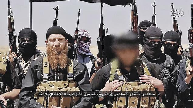 Абу Омар Аль-Шишани по прозвищу рыжий чеченский «генерал» (без маски) сегодня несет слово исламской правды в рядах фанатиков Исламского государства Ирака и Леванта. Фото: EAAT NEWS