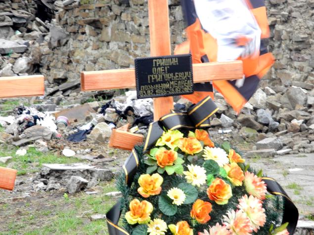 Среди новых могил на Саур-Могиле автор встретил захоронение своего однофамильца Олега Гришина. Фото: Александр ГРИШИН