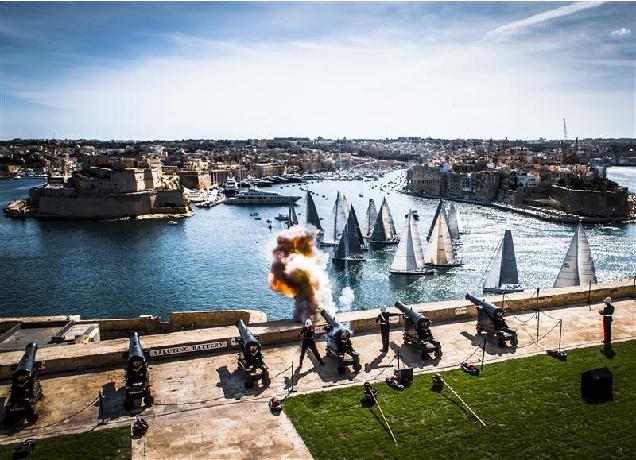 Все как в 16 веке: пушки, парусники, крепостные стены Валетты...Но никаких сражений, просто регата! Фото: Rolex/Kurt Arrigo.