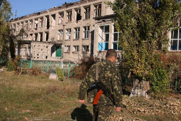 «Борисыч» на фоне разбитой сельской школы. Фото: Александр КОЦ, Дмитрий СТЕШИН