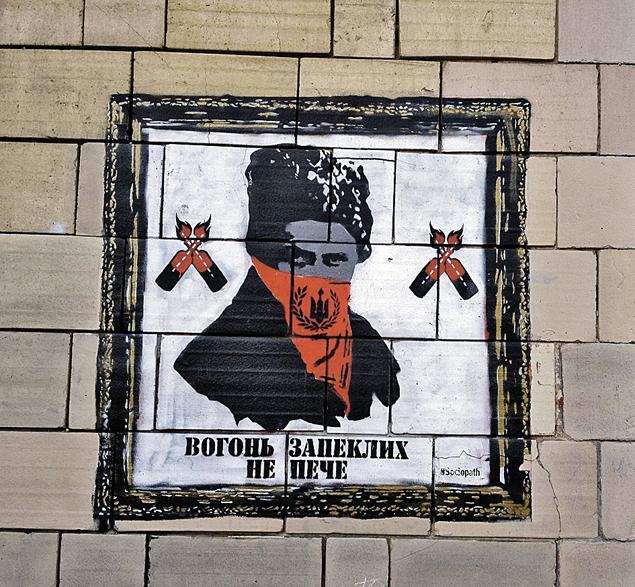 Даже граффити на стенах киевских домов - националистические. Тарас Шевченко в маске «Правого сектора». Фото: Владимир ВОРСОБИН
