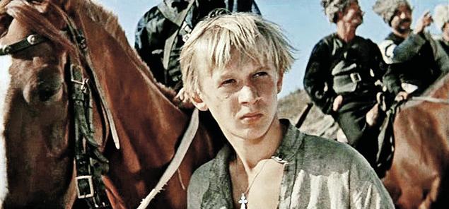 Через два года после роли Кости Иночкина юный актер Виктор Косых перевоплотился в неуловимого мстителя Даньку. Фото: кадр из фильма.