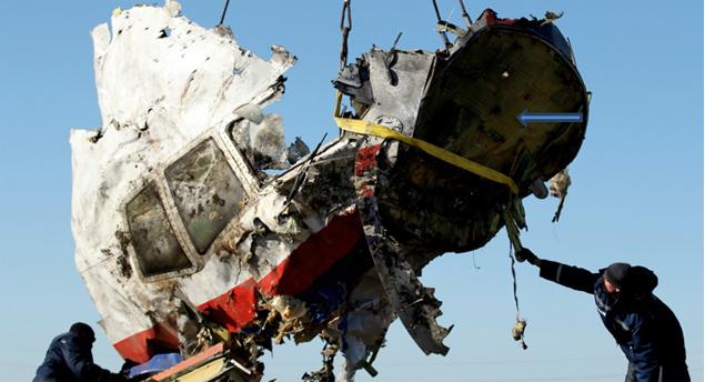 Правая часть кабины пилотов. Это фото обнаружено в Интернете после написания Экспертного Заключения. И ниже на фото показано детально, где ранее предполагалось наиболее вероятное место закладки первого взрывного устройства (ВУ).