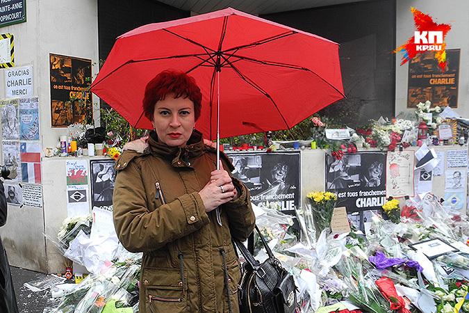 """Журналист """"КП"""" Дарья Асламова в Париже у временного мемориала памяти убитых журналистов. Фото: Дарья АСЛАМОВА"""