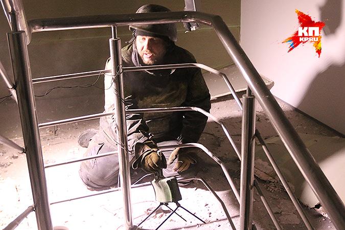 Ополченец Щелкун и противопехотная мина МОН-50. Фото: Александр КОЦ, Дмитрий СТЕШИН