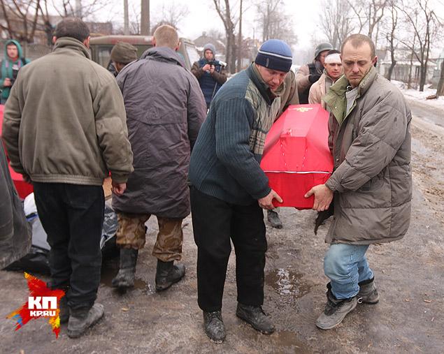 Гробы украинцы носят по четверо, не хватает сил, почти все ранены в руки или в ноги. Фото: Александр КОЦ, Дмитрий СТЕШИН
