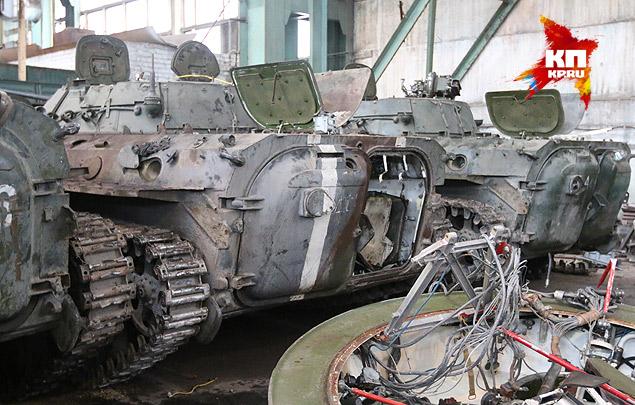 На некоторой бронетехники до сих пор сохранилась опознавательная маркировка украинской армии — две белые полоски. Фото: Александр КОЦ, Дмитрий СТЕШИН