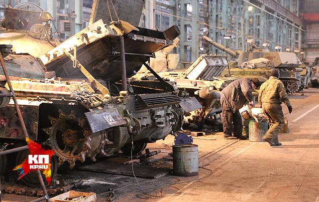 """Ремонтники шутят: """"Украинская армия наш основной поставщик, хотелось бы более крупных поставок!"""" Фото: Александр КОЦ, Дмитрий СТЕШИН"""