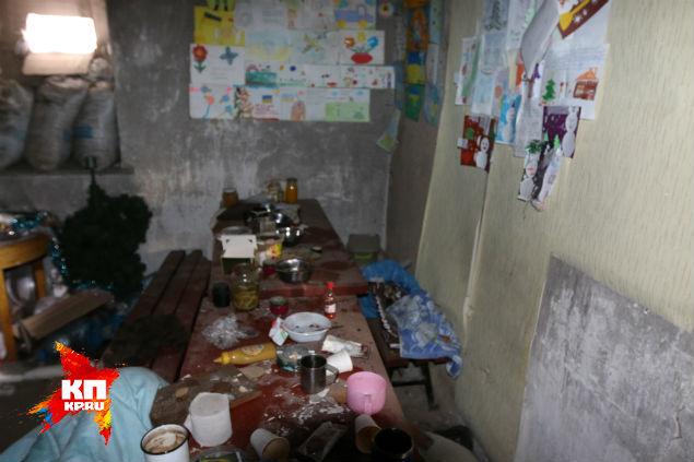 Убитые люди день назад жили в немудреной хатенке в десятке метров от трассы. Фото: Александр КОЦ, Дмитрий СТЕШИН