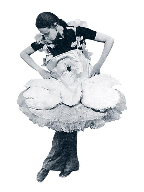 Плисецкая примеряет  пачку легендарной русской  балерины Анны Павловой. В свое время Плисецкую называли новой Павловой.