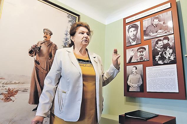 Директор музея Лидия Козлова на редких экскурсиях старается не делать политических акцентов. Фото: Александр КОЦ, Дмитрий СТЕШИН