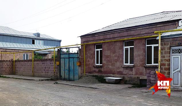 В центре кадра голубые ворота. Справа дом, за ним метрах в 25 дом Аветисянов. Фото: Николай ВАРСЕГОВ