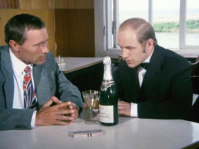 Лев Дуров – официант в «Калине красной», рискнувший в советские времена устроить небольшое бордельеро для вчерашнего зека Шукшина . Фото: кадр из фильма
