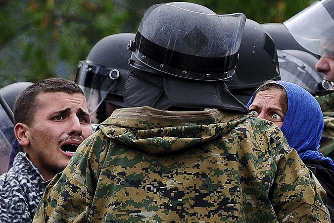 Серьёзные беспорядки возникли на границе Македонии и Греции, где македонские полицейские то и дело применяют слезоточивый газ и дубинки. Фото: REUTERS