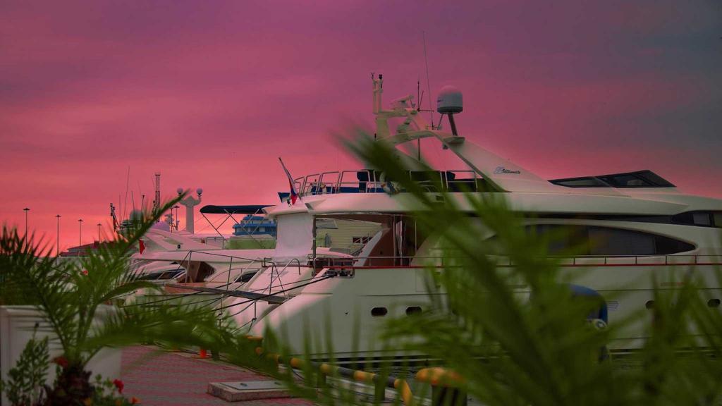 яхты на закате