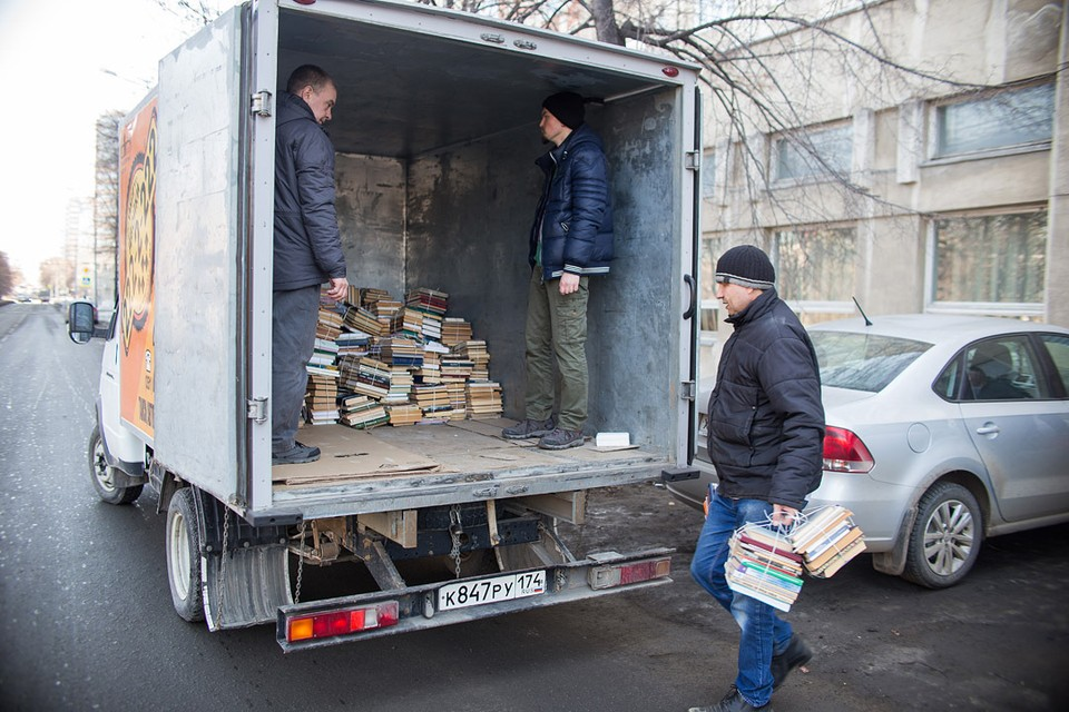 Книги перевозят небрежно: без упаковки.