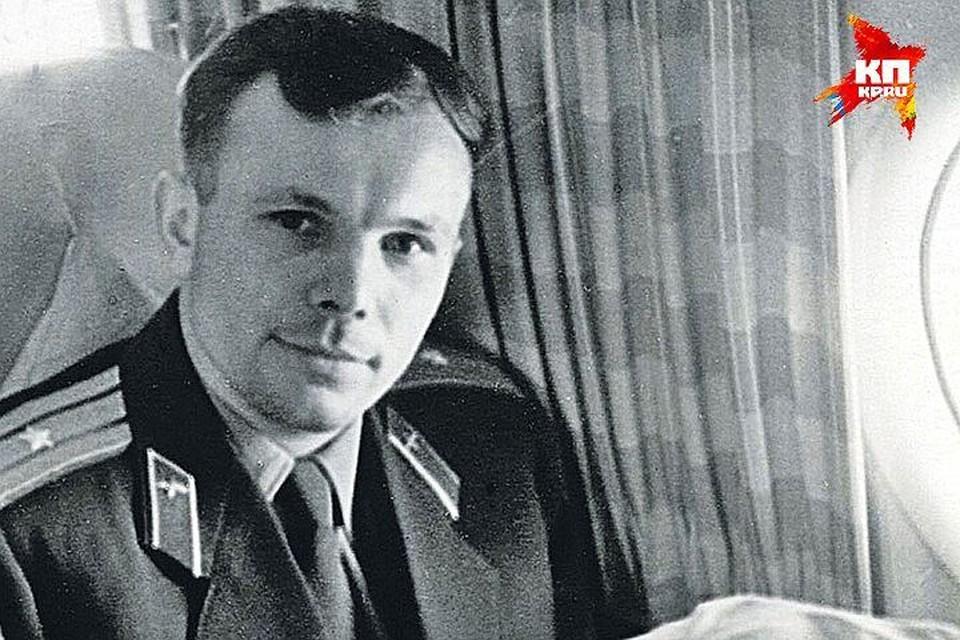 Это фото журналист «Комсомольской правды» Василий Михайлович Песков сделал, когда Гагарин на самолете летел в Москву после полета в космос. Впереди - торжественный приём в столице и всемирная слава, а на этот момент Гагарина в лицо знают только родственники да коллеги по работе.