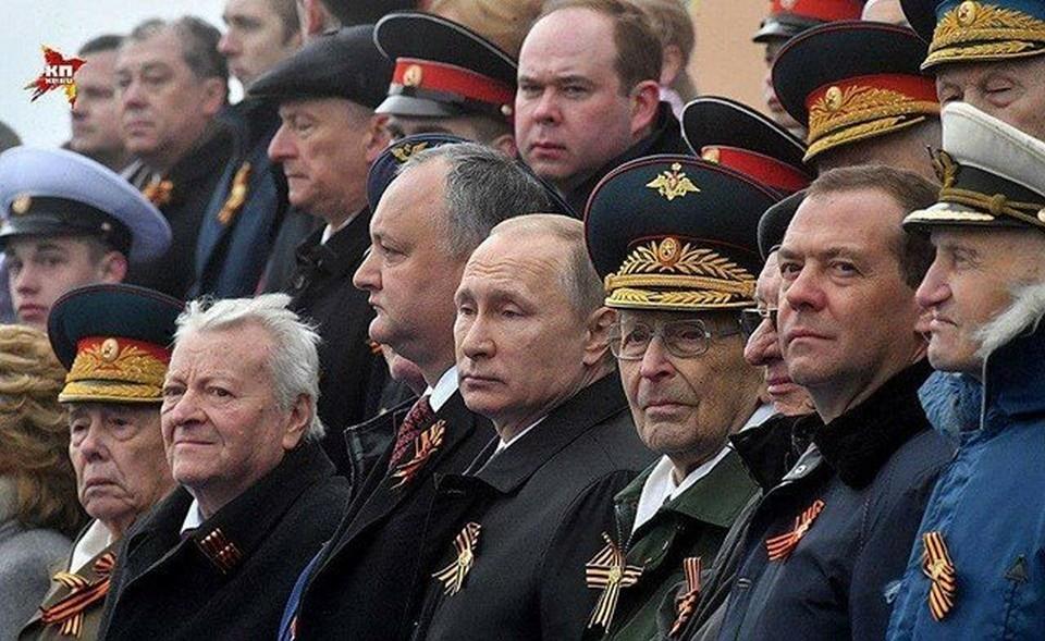 Игорь Додон рядом с Владимиром Путиным во время парада в Москве. Фото: пресс-служба президента Молдовы