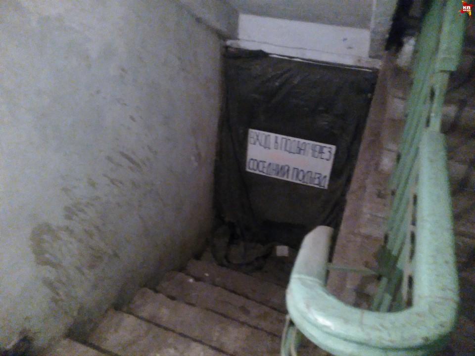 Возможно, именно этот путь в подвал использовали злоумышленники. Сейчас он закрыт.