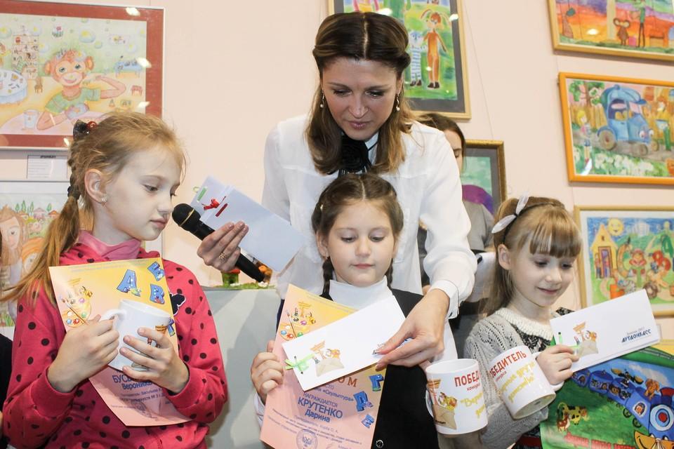 Директор «АртДонбасса» Екатерина Калиниченко вручила ребятам дипломы, памятные чашки и пригласительные билеты на музыкальную сказку в филармонию