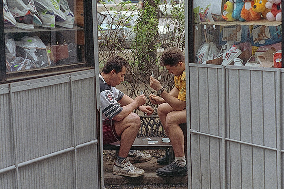 1993 год, Москва. Продавцы играют в карты у киоска в ожидании покупателей. Христофоров Валерий/Фотохроника ТАСС