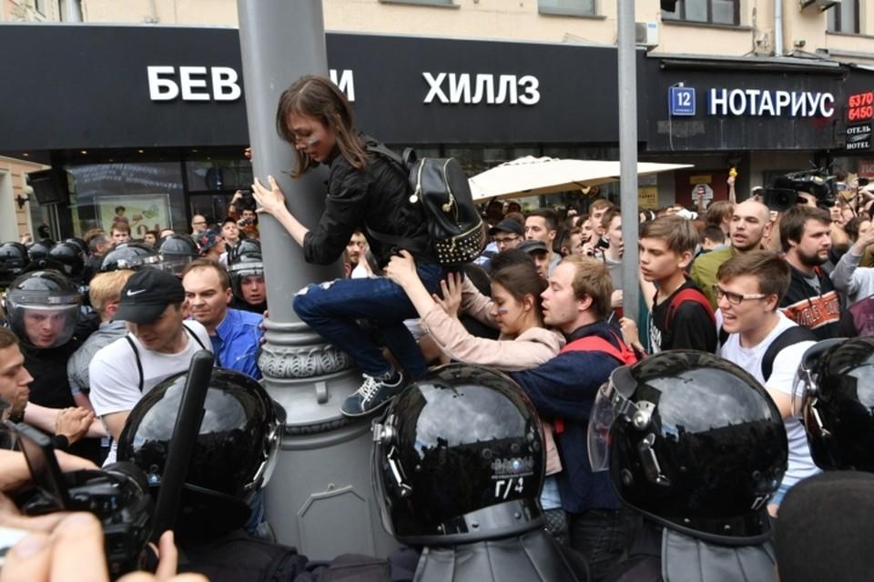 Полиция перекрыла Тверскую турникетами и начала теснить митингующих обратно