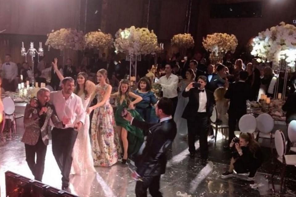На свадьбе - праздничная атмосфера.