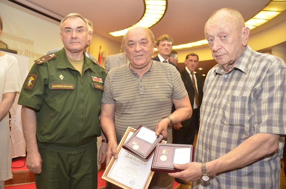 Памятные медали полковникам Баранцу и Тимошенко вручил представитель Вооруженных Сил России Николай Акбердин.