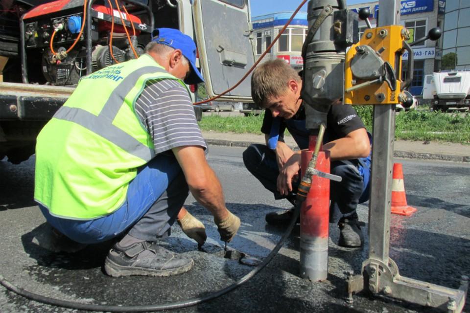 Саратовские дороги проверяют на качество, делая вырубки и исследуя их в лаборатории.