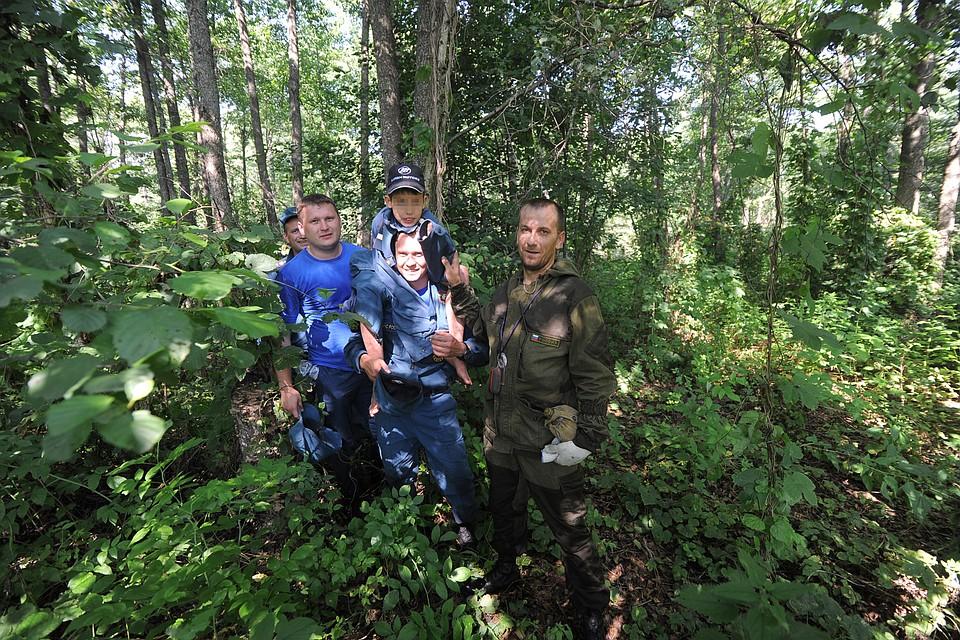 Молодая парочка заблудилась в лесу на машине