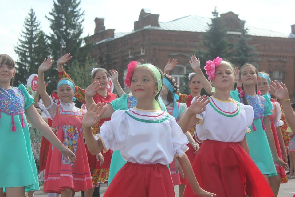 Первый фестиваль роз в Аткарске начался с костюмированного шествия.
