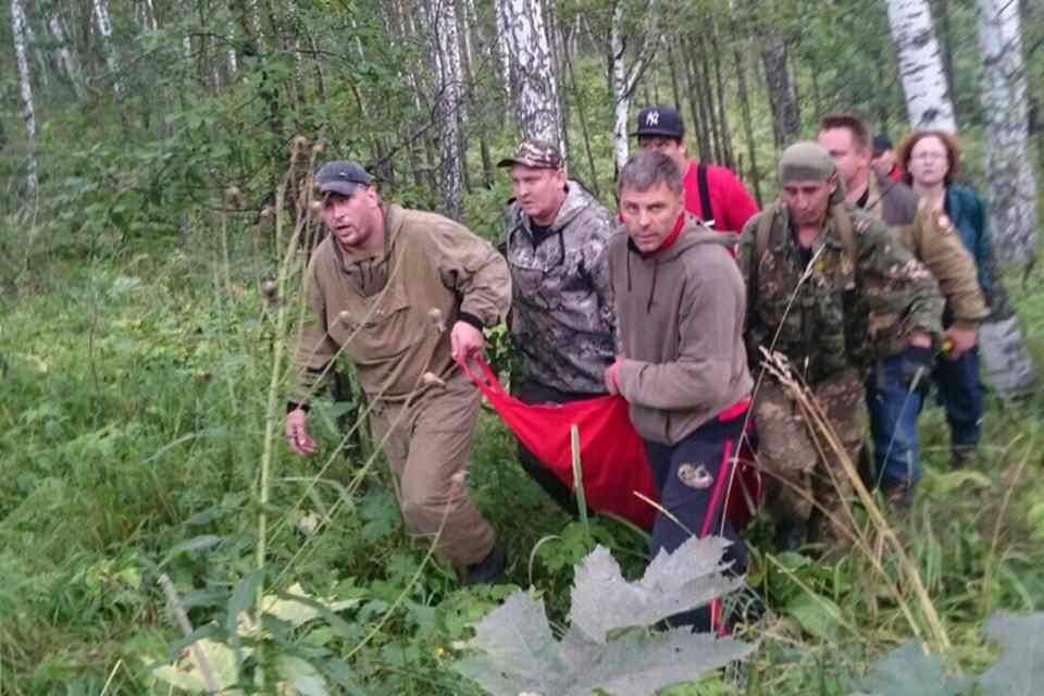 Эвакуировали парня на носилках из бурелома. Фото: vk.com/lizaalert_novosib