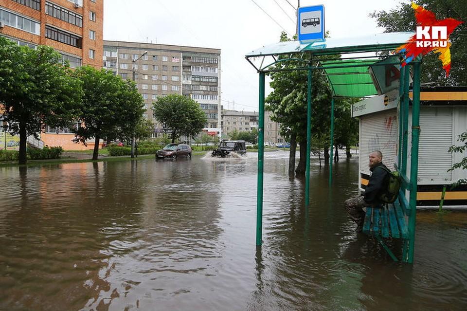Около 9 утра красноярцы начали выкладывать в социальные сети первые фото затопленных улиц.