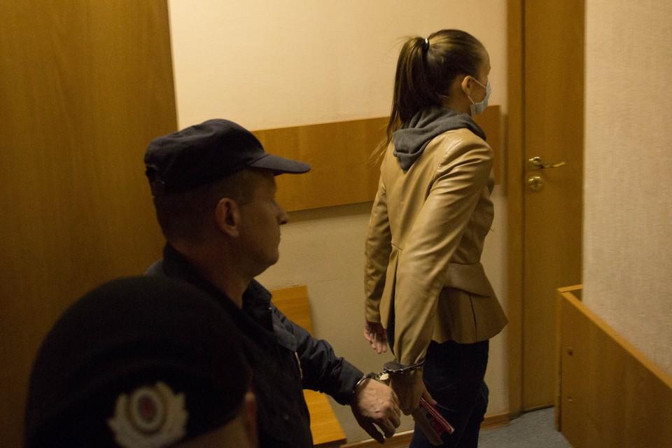 В суде Надежду приковали наручниками к полицейскому - на всякий случай.