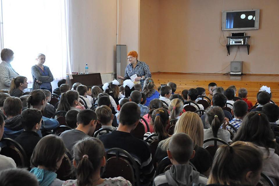 Воспитанников интерната собрали в актовом зале, где парламентский адвокат рассказывал им о правах ребенка.