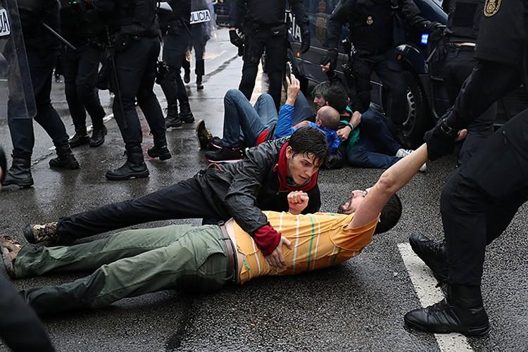 Блокировать участки и препятствовать проходу избирателей Мадрид бросил национальную полицию и Гражданскую гвардию Испании